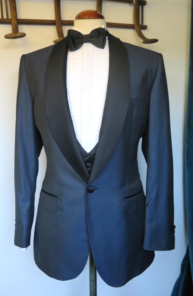 traje negro y azul de ceremonia